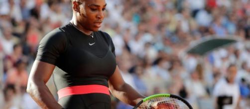 La tenista profesional estadounidense Serena Williams usó un traje deportivo inapropiado durante el Roland Garros. - google.com