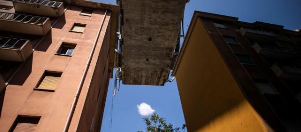Sfollati di Genova per il crollo del ponte Morandi: non torneranno più nelle loro case, ma dovranno continuare a pagare il mutuo.