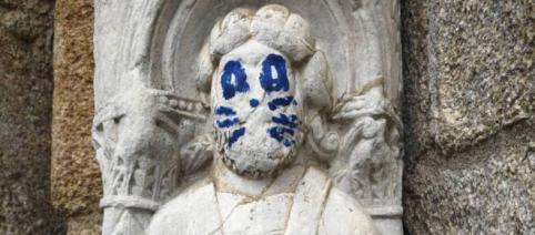 Se busca al pintor de bigotes de gato de la catedral de Santiago de Compostela