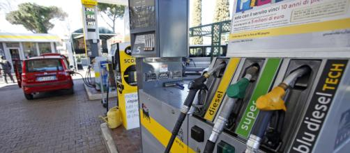 Benzina e diesel, prezzi in rialzo: ma si può risparmiare con degli accorgimenti, ecco come