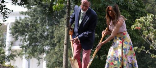 Con falda de Valentino y tacones rosas, Melania Trump planta árboles en la Casa Blanca
