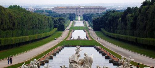 Reggia di Caserta: turista tedesco denunciato per aver fatto il bagno nella peschiera grande
