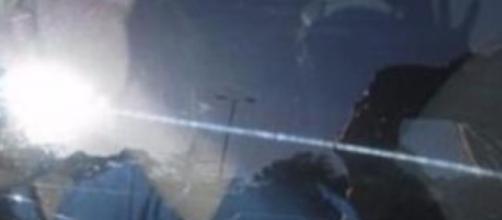 Bimba muta muore sotto il sole in auto: dimenticata dalla mamma non poteva chiedere aiuto, l'accaduto