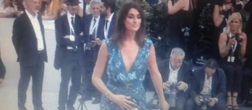 Elisa Isoardi ha esibito uno spacco mozzafiato sul red carpet di Venezia