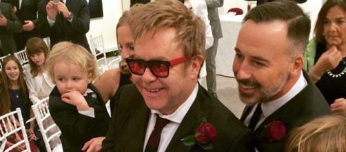Elton John y David Furnish le regalan pastel de cumpleaños a Romeo Beckham