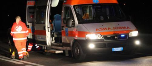 Lecce, schianto fatale per il pasticcere e giornalista Luca Capoccia (in foto un'ambulanza)