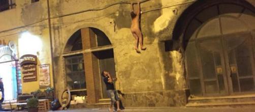 Salerno, si cala nuda dal balcone per scappare