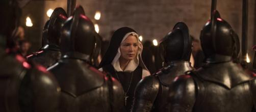 """Escena de """"Benedetta"""" de Paul Verhoven, con Virginie Efira encarnando a la monja Benedetta."""