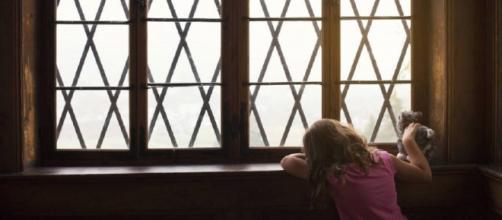 Una pareja abandona a una niña que había adoptado al descubrir su verdadera edad