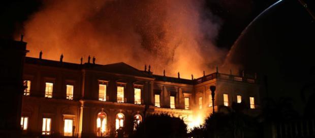 Fuerte incendio en el Museo Nacional de Río de Janeiro