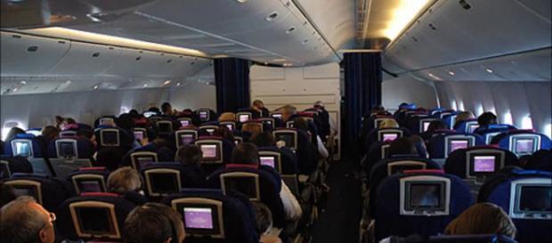 Lap dance a seno scoperto sull'aereo: scoppia la rissa, immagini sul web (VIDEO): ecco il filmato.