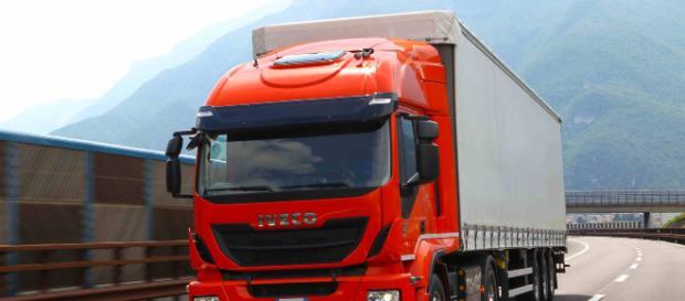 Lecce, tir carico di frutta si ribalta sulla tangenziale: illeso conducente