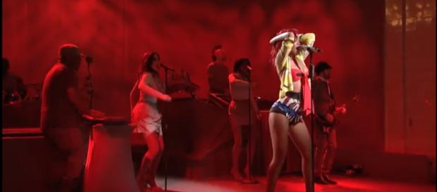 Rihanna performing live on the 'SNL' stage. [Image Source: Saturday Night Live - YouTube]