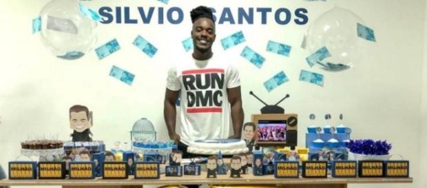 Ator de Segundo Sol ganha festa com tema de 'Silvio Santos'