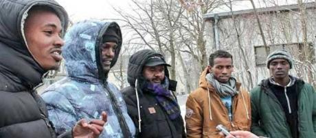 Migranti somali allontanati da una palazzina occupata abusivamente a Torino (immagine di repertorio)