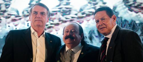 Tentamos chegar ao poder pelo voto, diz Bolsonaro ao lado de vice