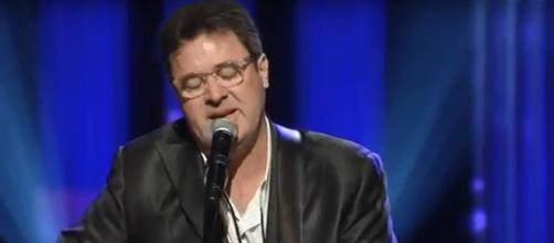 Vince Gill makes an appearance on the Walking the Floor podcast. [Image Source: RIC DOLPHIN - YouTube]