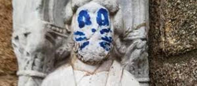 Aparece pintada con bigotes una escultura de la catedral de Santiago de Compostela