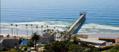 Scripps Pier in front of Birch Aquarium (UCSD), San Diego, California. [Image courtesy – Antoine Taveneaux, Wikimedia Commons]