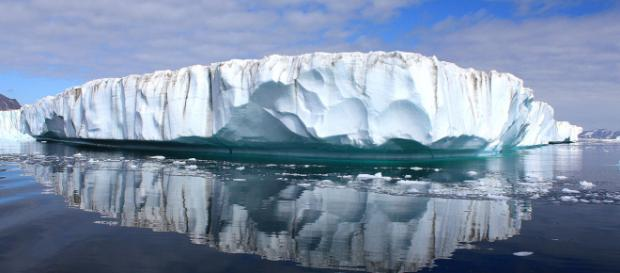 View of an ice sheet in Greenland. [Image courtesy – Christine Zenino, Wikimedia Commons]