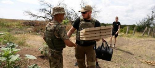 En Ukraine, des livreurs de pizza travaillent uniquement pour servir les soldats sur le front.