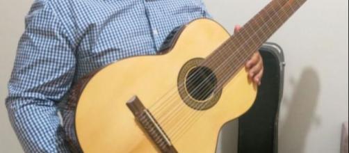 Reinaldo Casteluzzo com sua invenção: um violão de 12 cordas, que pode ser tocado com uma só mão