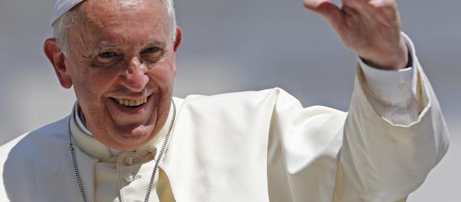El papa Francisco critica idolatrías actuales, la belleza y el dinero