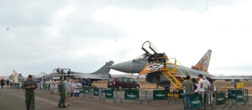 Eurofighter en línea con otros aviones en un exposición