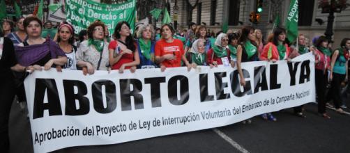 Jóvenes se encuentran en las calles de Argentina manifestando en favor del aborto