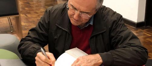 Laurentino dando autógrafos no final do evento.