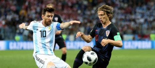 Modric che contrasta Lionel Messi in Argentina- Croazia