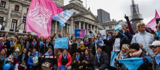 El congreso argentino entierra la ilusión de muchas manifestantes a favor del aborto legal