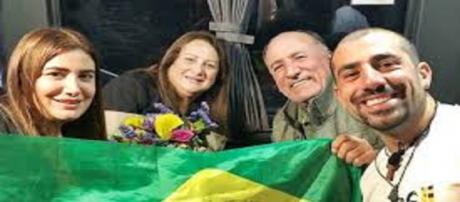 Kaysar e sua família no aeroporto Internacional Afonso Pena, em Curitiba (Imagem: Reprodução/Internet)