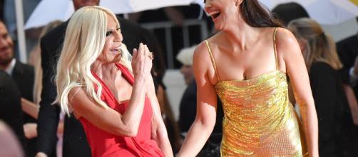 Irina Shayk e Donatella Versace insieme sul red carper di Venezia 75