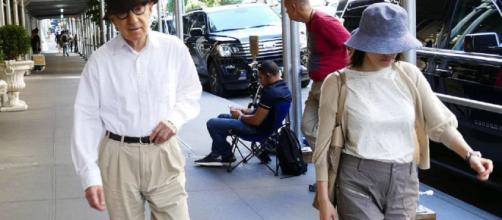 Woody Allen y su esposa, Soon-Yi, paseando por Nueva York hace unos días, mientras se tranquilizan de lo que le pasa.