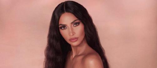 Kim Kardashian fait le tour de la toile complètement nue et annonce la sortie de sa nouvelle gamme makeup !