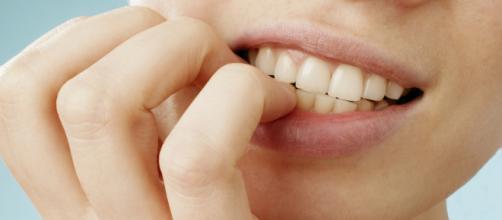 Mangiare le unghie può provocare il cancro: la storia di Courtney Whithorn