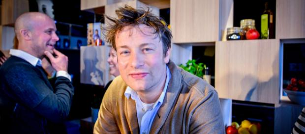 Celebrity chef Jamie Oliver chased down and tackled a burglar who tried to rob his home. [Image Karl Gabor/Wikimedia]