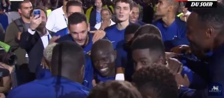 Kanté com os seus colegas [Imagem via YouTube]