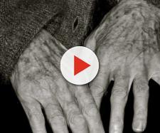 Idosa de 98 anos é encontrada pela polícia embaixo do corpo da filha que morreu de causas naturais