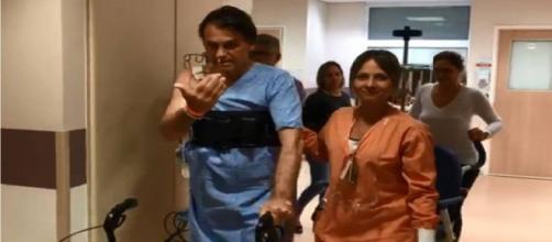 Momento em que Bolsonaro brinca com Dr. Macedo ao sair da UTI do Hospital Albert Einstein I Foto: Reprodução/Estadão