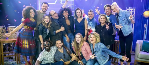 Na foto todos os 14 participantes do Popstar 2018 e os apresentadores Taís Araujo e Tiago Abravanel