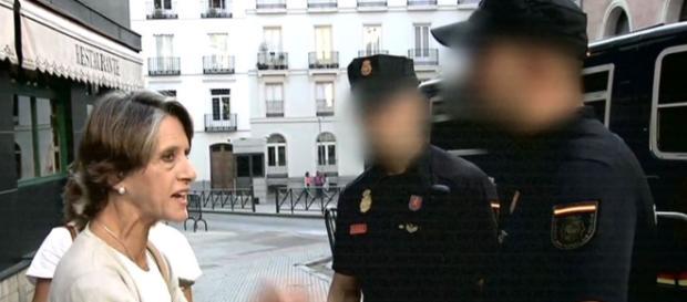 Pilar Gutiérrez y dos agentes n imagen