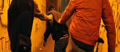 Verona, coppia gay aggredita con la benzina: svastiche e scritte omofobe sui muri di casa
