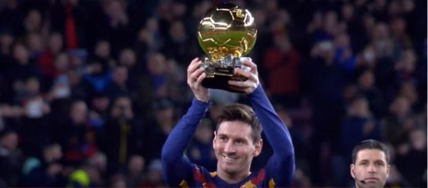 Leo Messi com a Bola de Ouro [Imagem via YouTube]