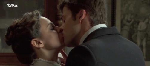 Una Vita, trame ottobre: Simon dimentica Elvira, baciando Adela