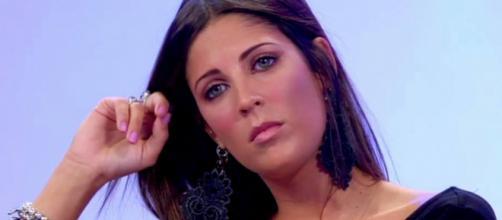 Uomini e Donne, Martina Luchena choc: 'Italia di me**a, gli zingari mi stavano derubando'.