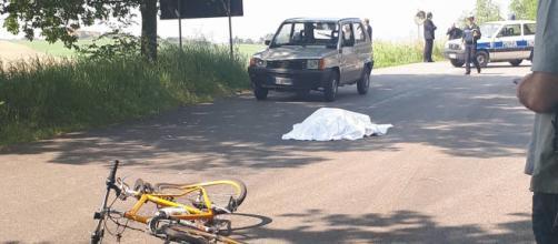 Calabria, ciclista muore dopo essere stato travolto da un'autovettura. (foto di repertorio)