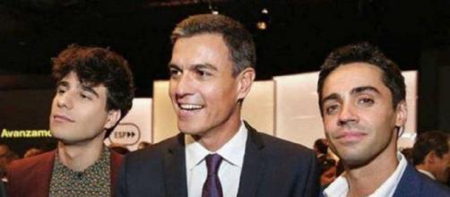 Los Javis y Pedro Sánchez en archivo