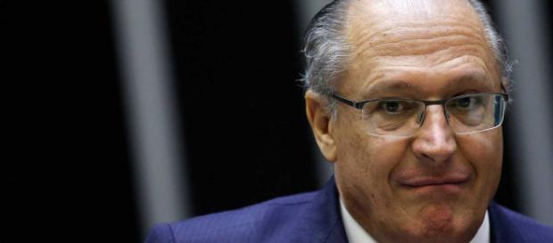 Alckmin acaba tropeçando e caindo em campanha